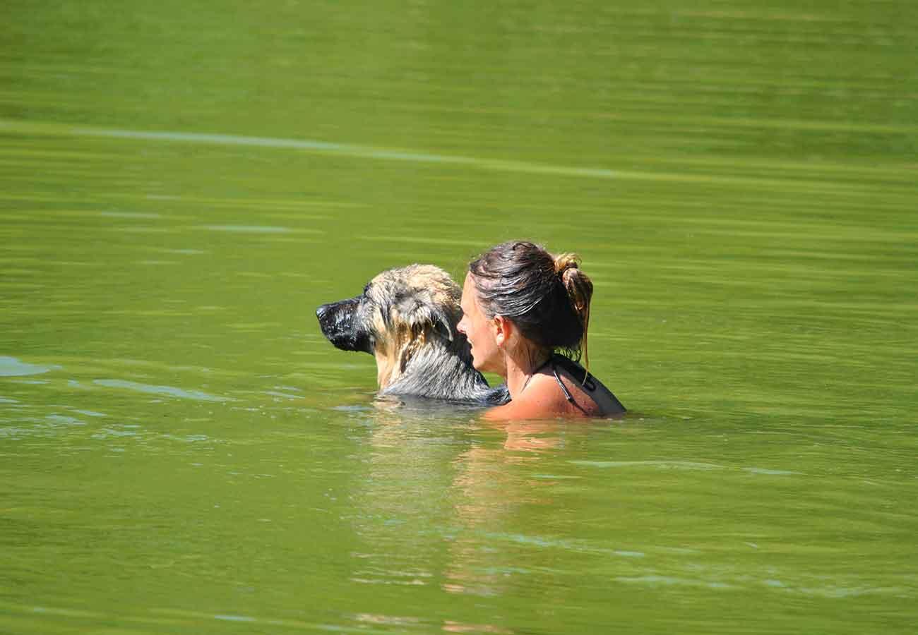 Apprendre à nager dans un étang